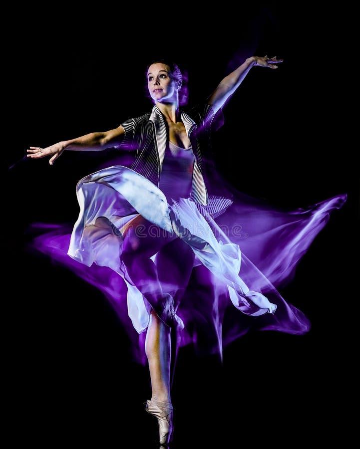 Isolerad svart bacground f?r Odern balettdans?rdans kvinna arkivbild