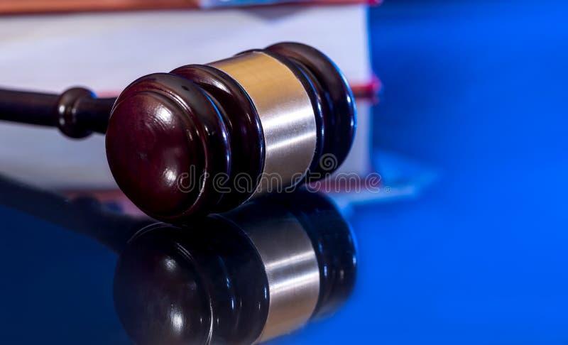 Isolerad träauktionsklubba för domare` s arkivfoto