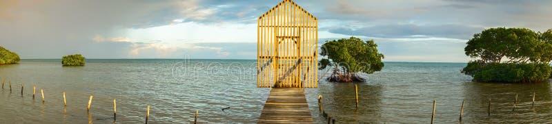 Isolerad träPier Caye Caulker Caribbean Sea Belize för portfiskeskeppsdocka panoramautsikt arkivfoton