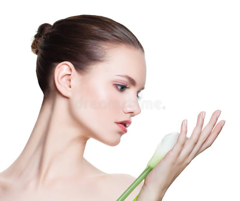 isolerad trevlig white för bakgrund flicka Härlig kvinnlig modellframsida, profil royaltyfria bilder
