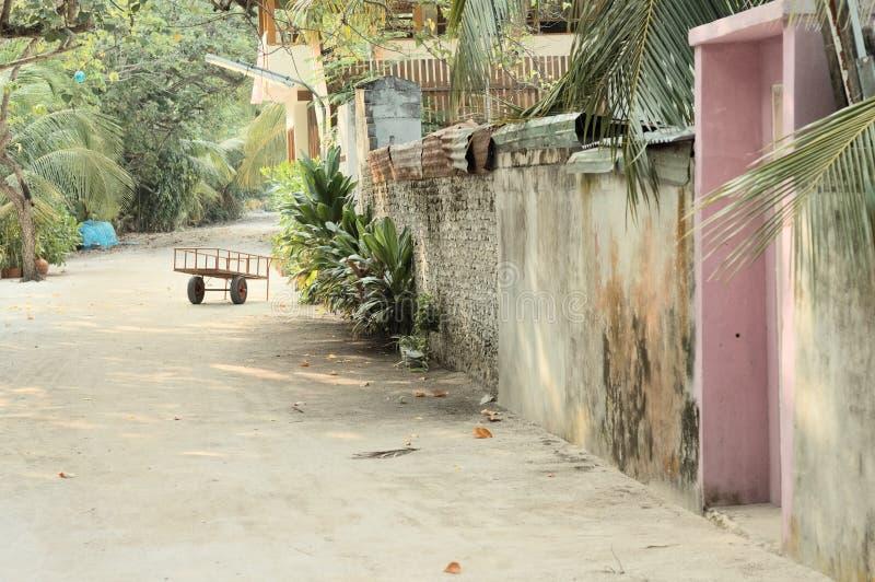 Isolerad triumfvagn i gatan av en maldivian by arkivfoton
