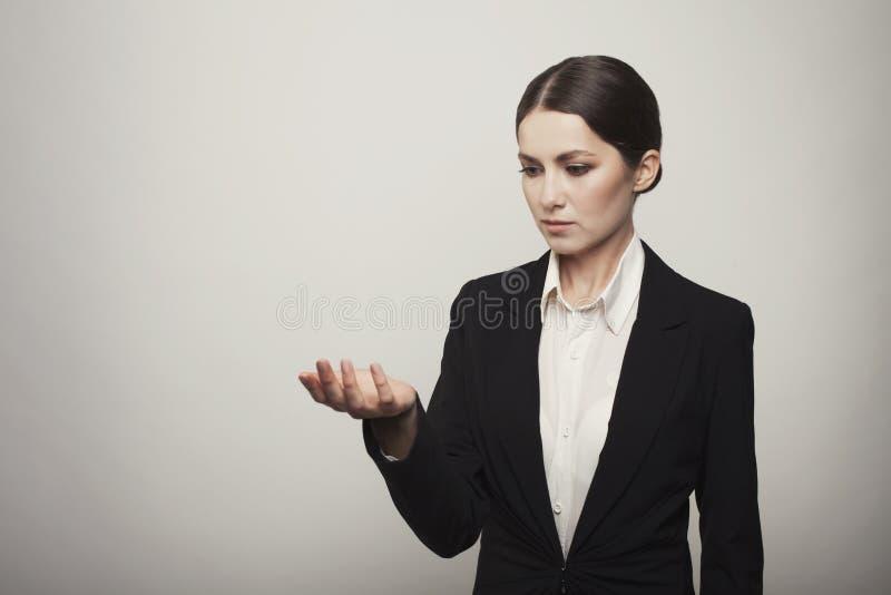 Isolerad ung hand för innehav för affärskvinna royaltyfri foto