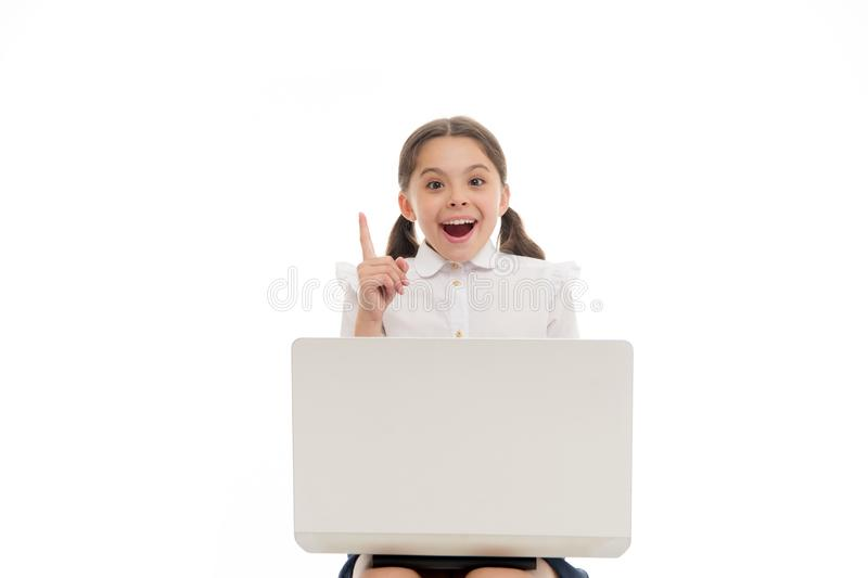 Isolerad vit för ungepunktfinger upp Skolflicka med bärbara datorn som uppåt pekar Skolflickan som har idé eller, rekommenderar k royaltyfria bilder