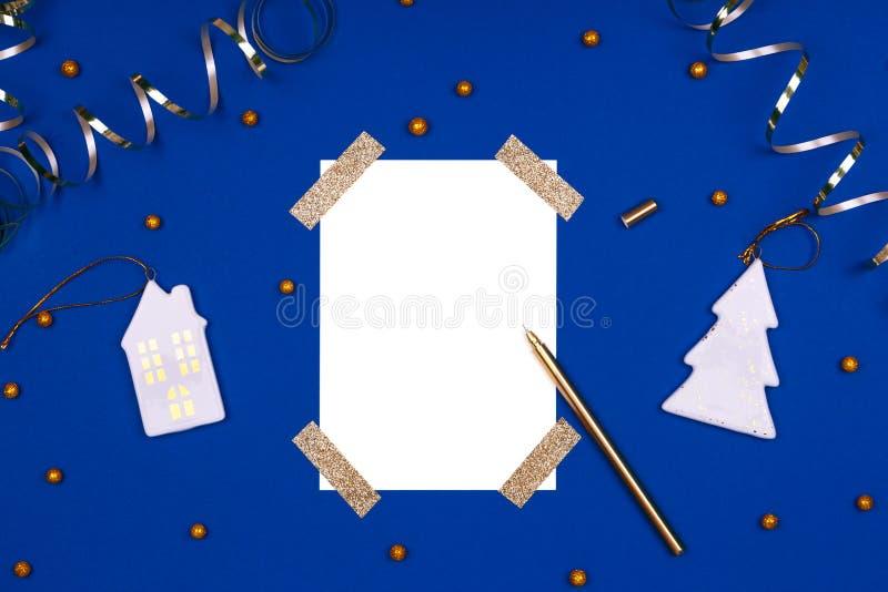 Isolerad vit kork med gyllene färgband, konfekt- och julleksaker Plattbakgrund i guld och royaltyfria bilder