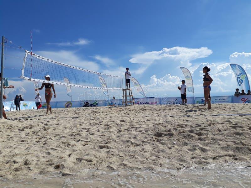 isolerad volleybollwhite för bakgrund strand royaltyfri foto