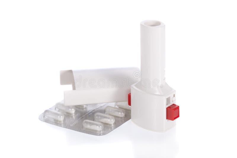 isolerad white för astma inhaler arkivfoto
