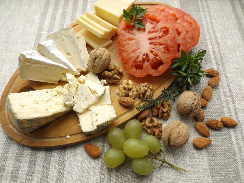 isolerad white för bakgrundsbräde ost royaltyfria foton