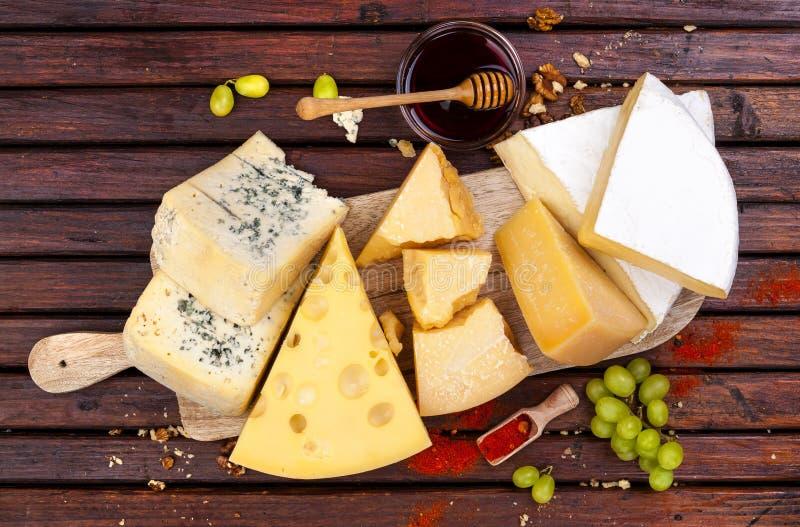 isolerad white för bakgrundsbräde ost olika ostsorter Top beskådar arkivfoton