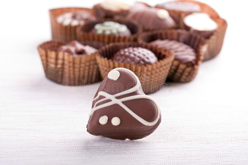 isolerad white för bakgrundsgodischoklad snitt formad chokladhjärta arkivbild