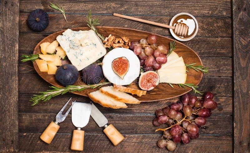 isolerad white f?r bakgrundsbr?de ost olika ostsorter Ostplatta med ostar parmesan, Brie, camembert och roquefort som tjänar som  royaltyfri bild