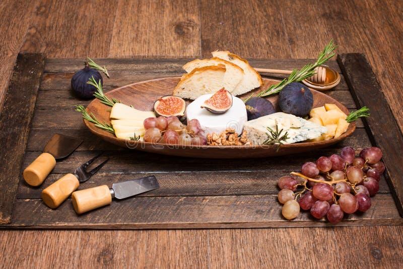 isolerad white f?r bakgrundsbr?de ost olika ostsorter Ostplatta med ostar parmesan, Brie, camembert och roquefort som tjänar som  arkivfoto