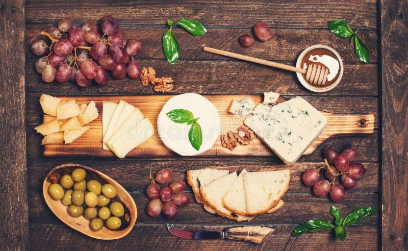 isolerad white f?r bakgrundsbr?de ost olika ostsorter Ostplatta med ostar parmesan, Brie, camembert och roquefort som tjänar som  royaltyfri fotografi