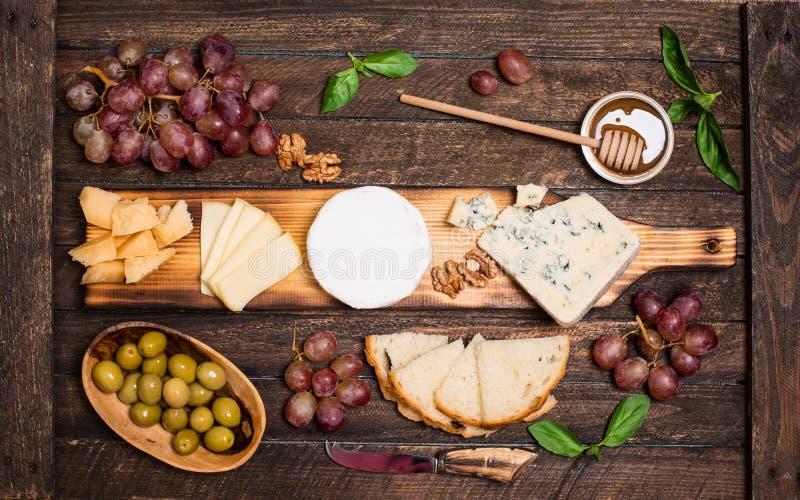 isolerad white f?r bakgrundsbr?de ost olika ostsorter Ostplatta med ostar parmesan, Brie, camembert och roquefort som tjänar som  arkivbilder