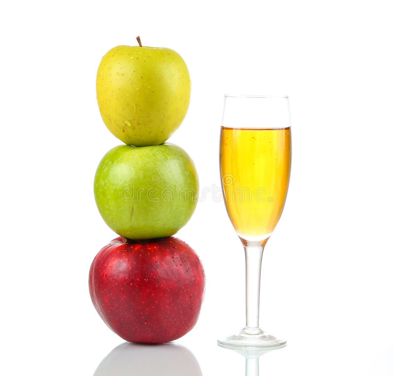 Isolerade Apple pyramid och äppelmust arkivfoton