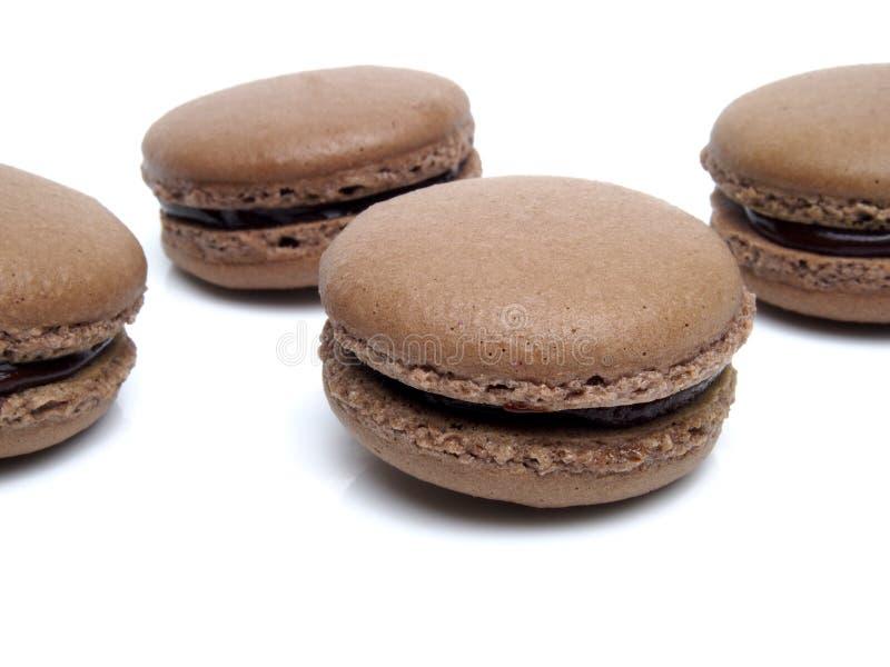 Isolerade chokladmacarons arkivfoto