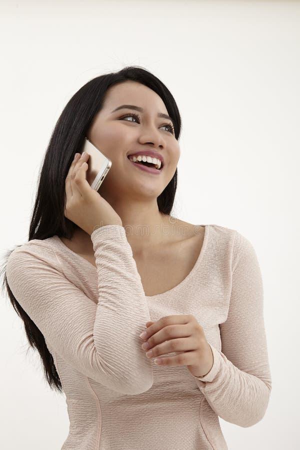 isolerade den härliga caucasian kinesen för asiatisk bakgrund barn för kvinna för blandad mobil telefonrace talande vitt royaltyfri bild