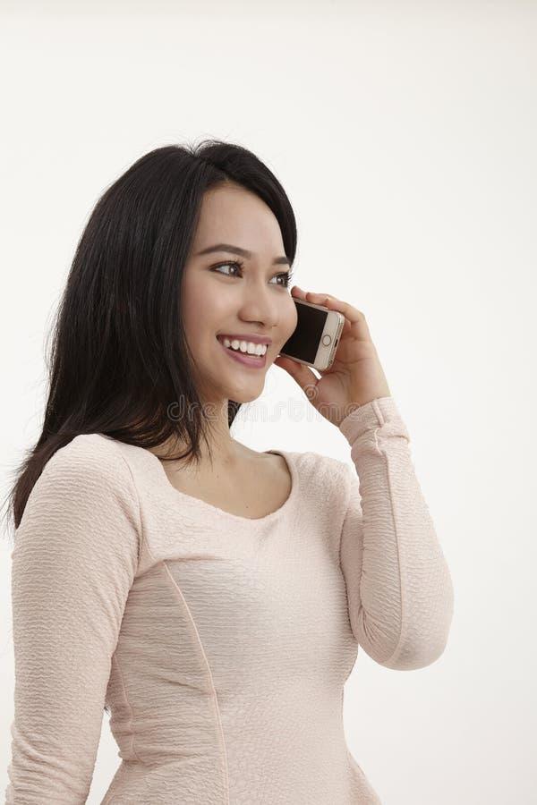 isolerade den härliga caucasian kinesen för asiatisk bakgrund barn för kvinna för blandad mobil telefonrace talande vitt royaltyfri fotografi