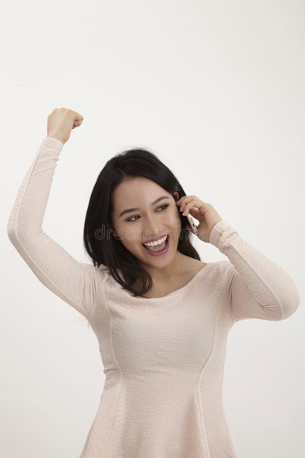 isolerade den härliga caucasian kinesen för asiatisk bakgrund barn för kvinna för blandad mobil telefonrace talande vitt fotografering för bildbyråer