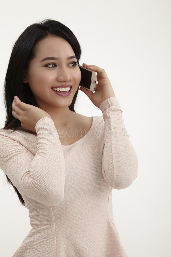 isolerade den härliga caucasian kinesen för asiatisk bakgrund barn för kvinna för blandad mobil telefonrace talande vitt royaltyfria bilder
