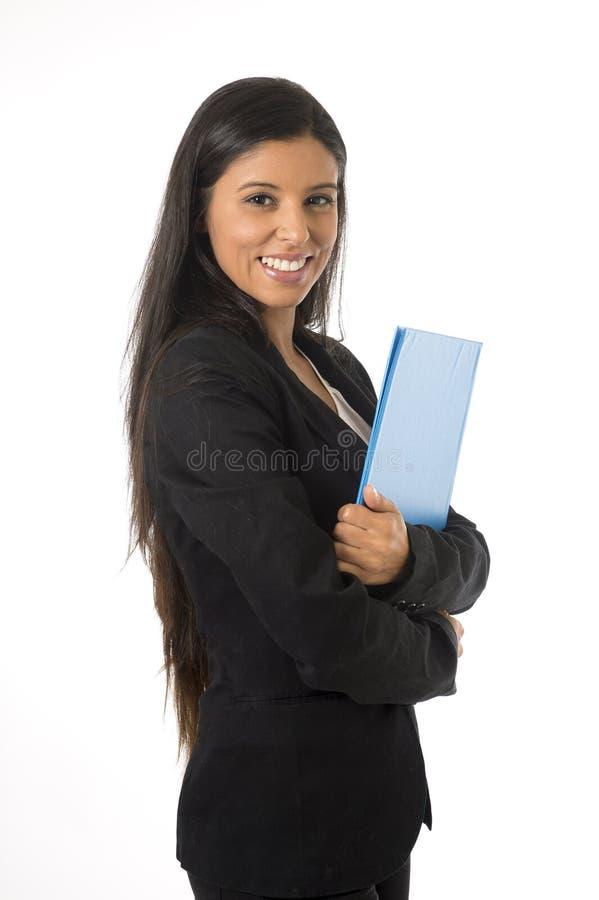 Isolerade den lyckliga hållande mappen för den företags affärskvinnan för ståenden unga attraktiva latinska vit bakgrund arkivbilder