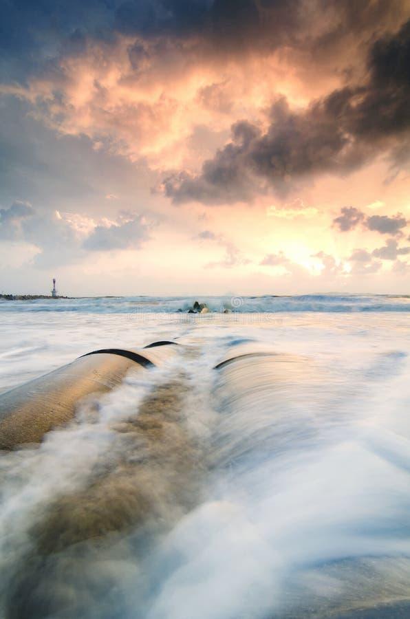 isolerade den täta hörlurarbilden för black slapp övre white för mikrofonblock härlig havssikt med mjuka vågor som slår det konkr royaltyfri bild