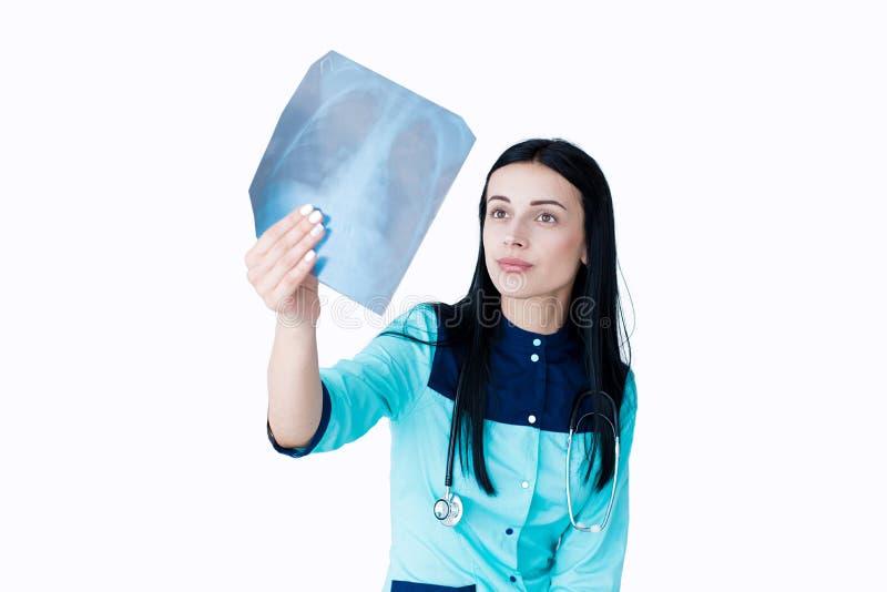 isolerade den undersökande kvinnlign för bröstkorgdoktorn fotostrålbildläsning vitt x Isolerat på vit royaltyfria foton