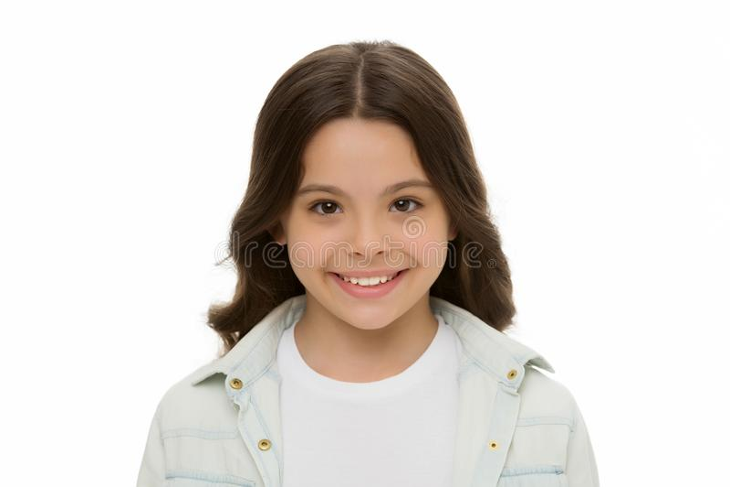 Isolerade det charmiga leendet för barnet upp det vita bakgrundsslutet charmig cutie Lura långt lockigt hår för flickan som poser fotografering för bildbyråer