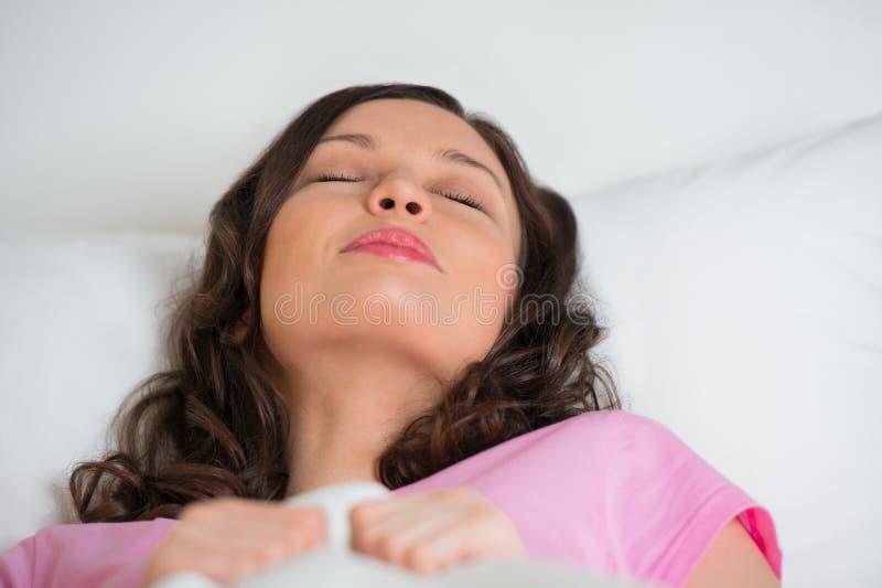 isolerade det härliga underlaget för bakgrund sova vitt kvinnabarn arkivfoton