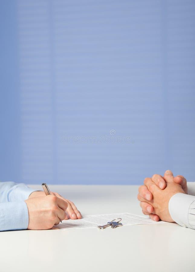 isolerade det kontant avtalsavtalet för affärsmannen pengar betalad undertecknande white arkivfoton
