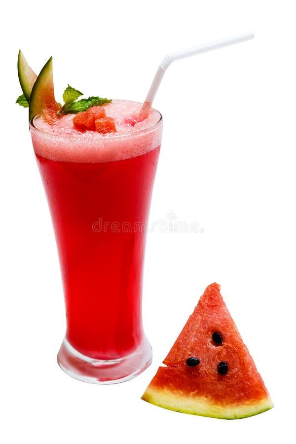 Isolerade ett exponeringsglas av vattenmelonSmoothies med som skivades av vattenmelon arkivfoton