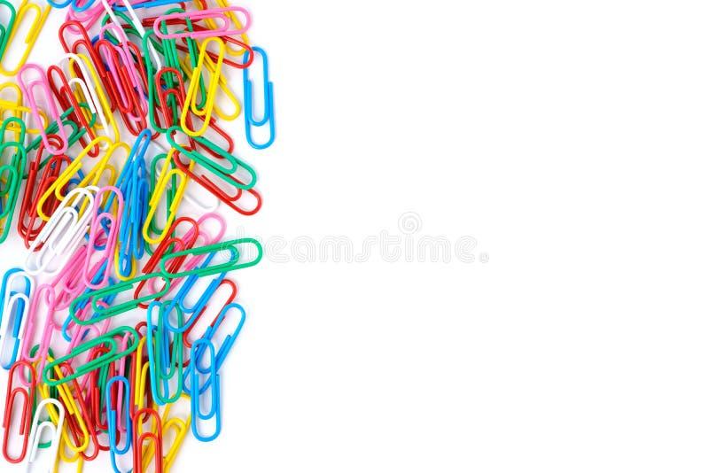 Isolerade färgrika paperclips fotografering för bildbyråer