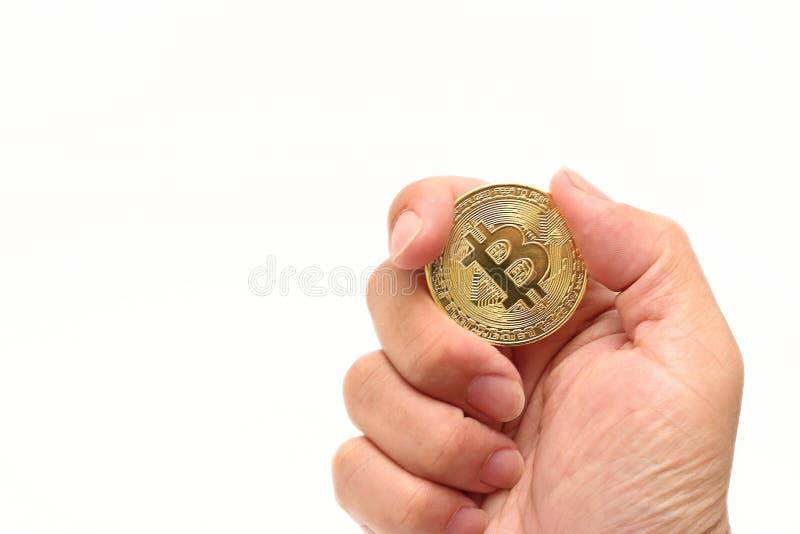 Isolerade guld- bitcoin för den mänskliga för ` s cryptocurrencyen för handen hållande på vit bakgrund Faktiskt digitalt pengarbe royaltyfri fotografi