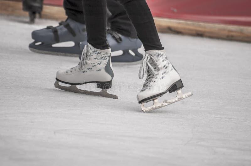 isolerade härlig kall gående is för bakgrund den ljusa naturliga åka skridskor vita kvinnan arkivfoto