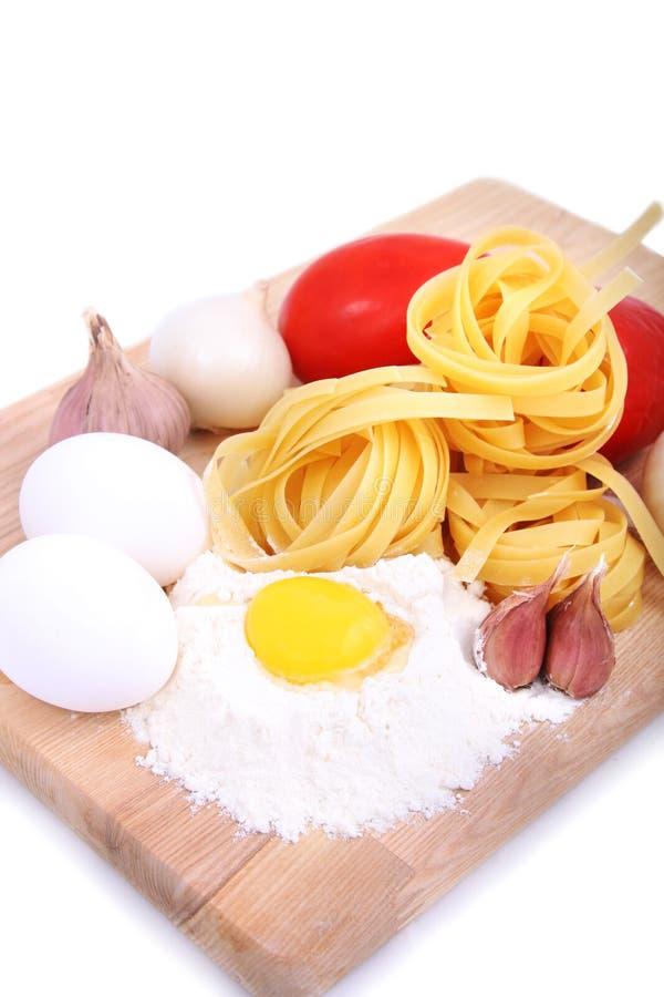 Isolerade ingredienser för att laga mat pasta royaltyfri foto