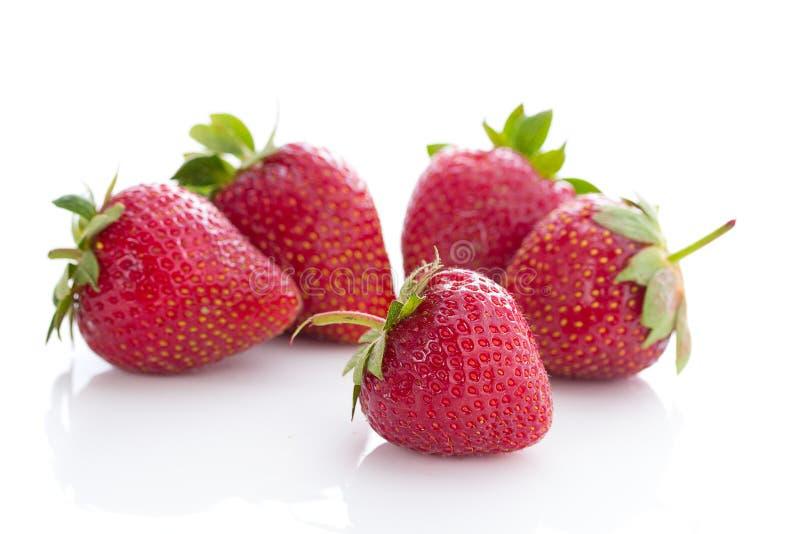 isolerade jordgubbar arkivfoto