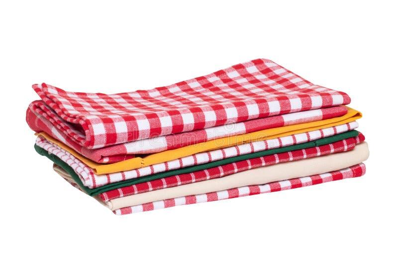 Isolerade kökshanddukar Närbild av en bunt av röda vita rutiga och randiga tableclothes eller servetter som isoleras på en vit arkivbild
