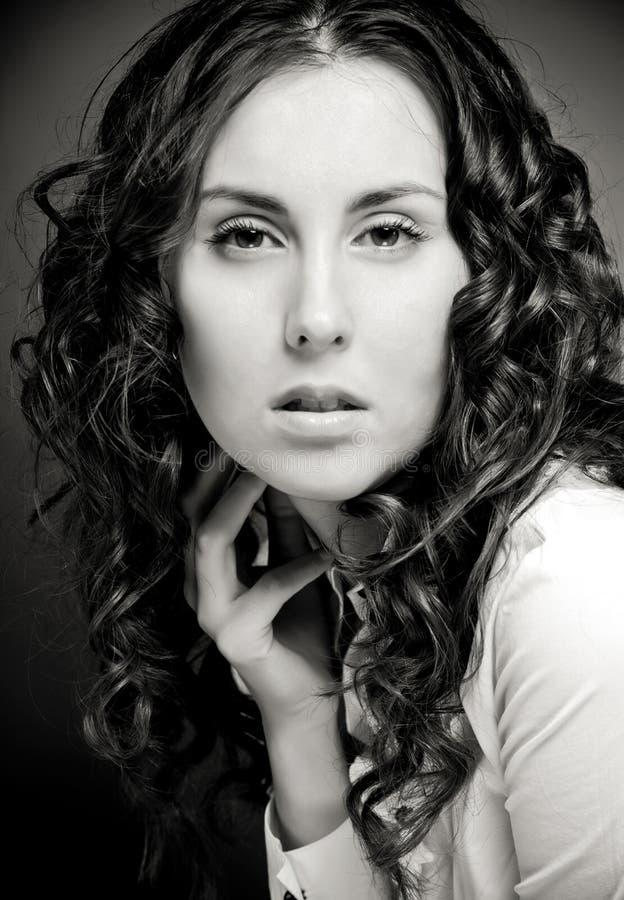isolerade lockigt hår för bakgrund nätt vitt kvinnabarn för stående arkivbilder
