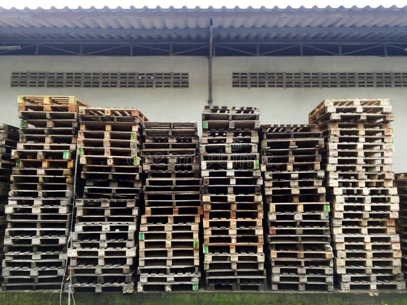 isolerade paletter framför vitt trä arkivfoto