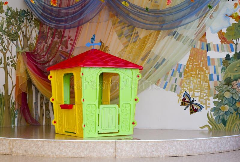 Isolerade plast- barns lekstuga på beautifully planlagd st arkivbilder