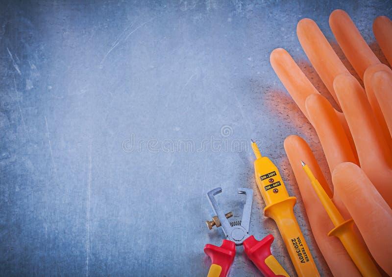 Isolerade rubber handskar för elektriker trådstrippor elektrisk t arkivfoton