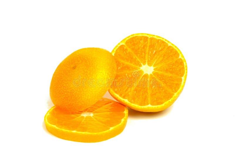 Isolerade tangerin Två mandarinfrukter och skalade segment som isoleras på vit bakgrund royaltyfria bilder