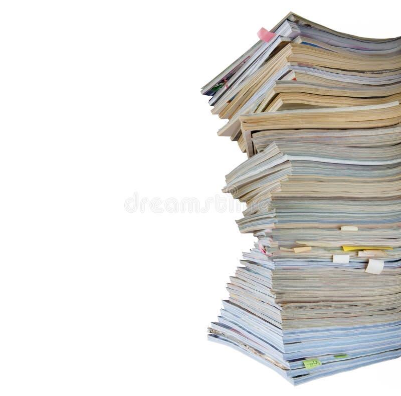 isolerade tidskriftstidskrifter staplar slitet royaltyfri fotografi