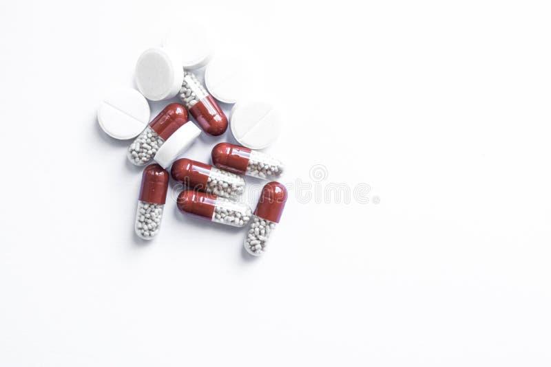 isolerade vita tabletsvitaminer för bakgrund kapslar arkivfoton