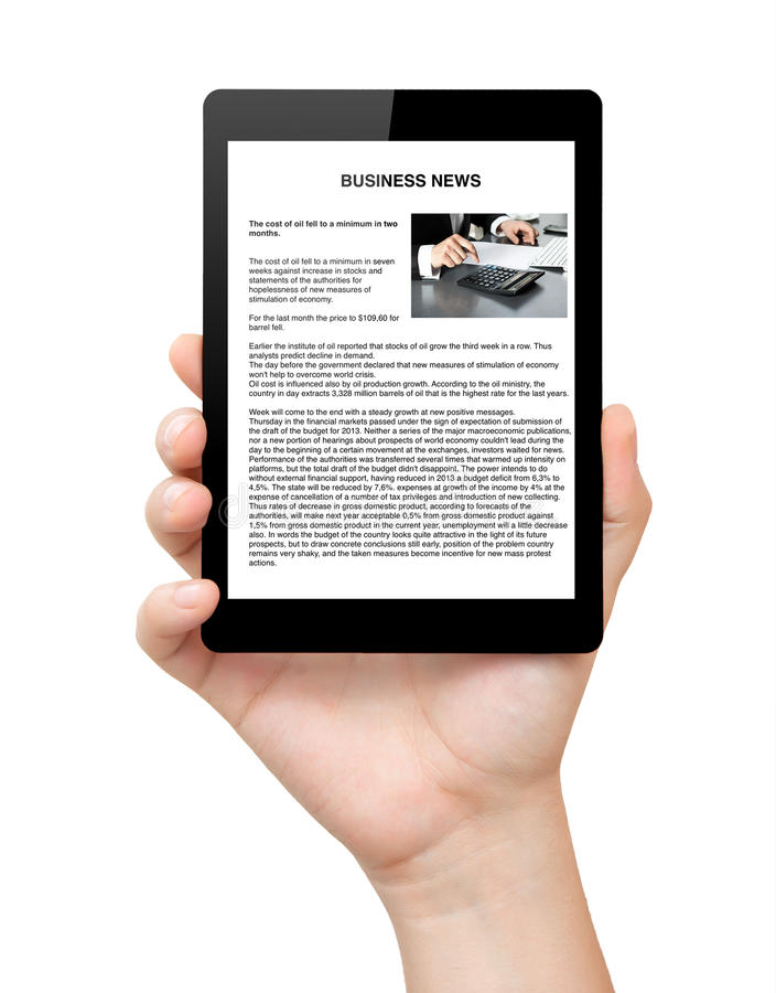 Isolerat bemannar räcker innehav som en tablet med ekonominyheter avskärmer på royaltyfria bilder