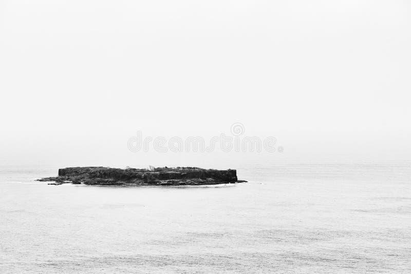 Isolerat fort i mitt av det indiska havet royaltyfri foto