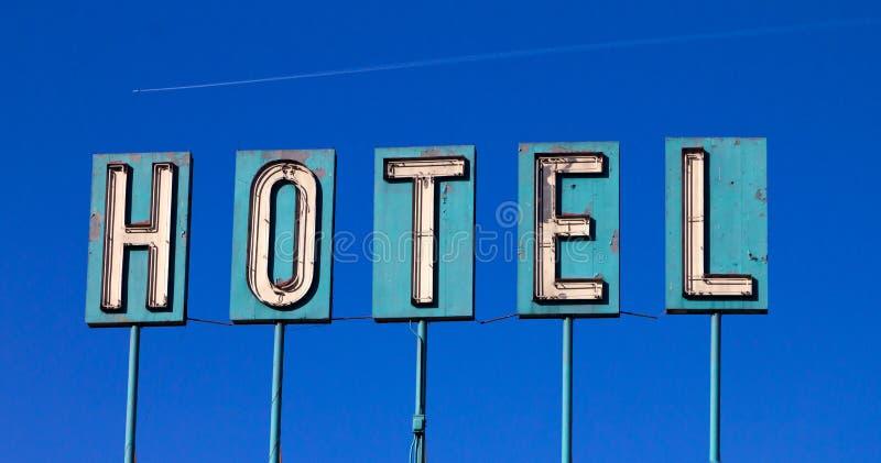 isolerat gammalt tecken för flygplan blått hotell royaltyfri foto