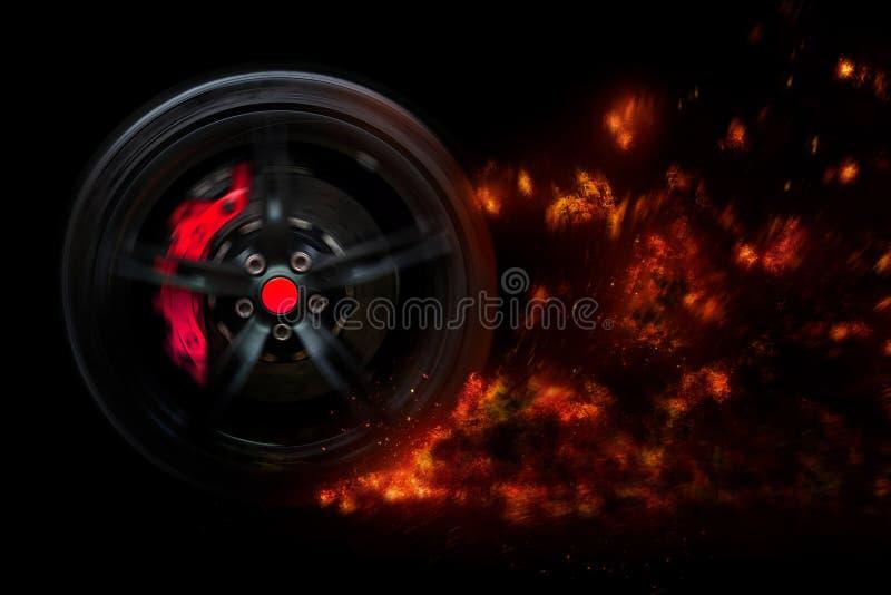 Isolerat generiskt sportbilhjul med gula avbrott som driver flamma flammor av brand i rörelse royaltyfri fotografi