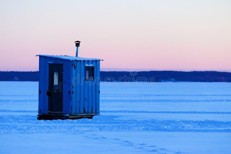 Isolerat isfiske förlägga i barack på en djupfryst sjö royaltyfri bild