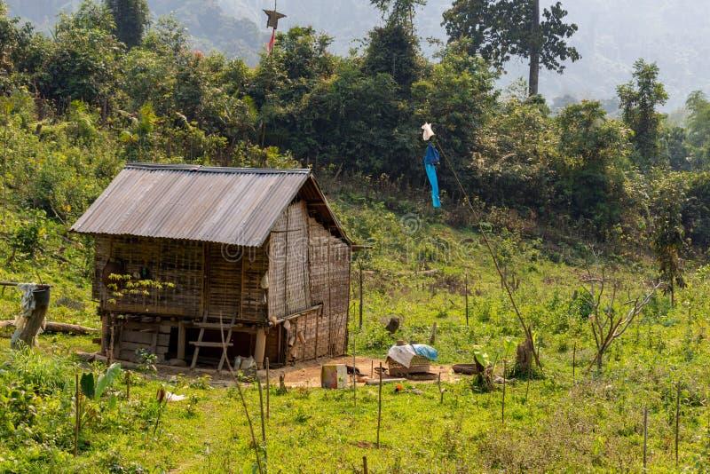 Isolerat lantligt hus Laos royaltyfri bild