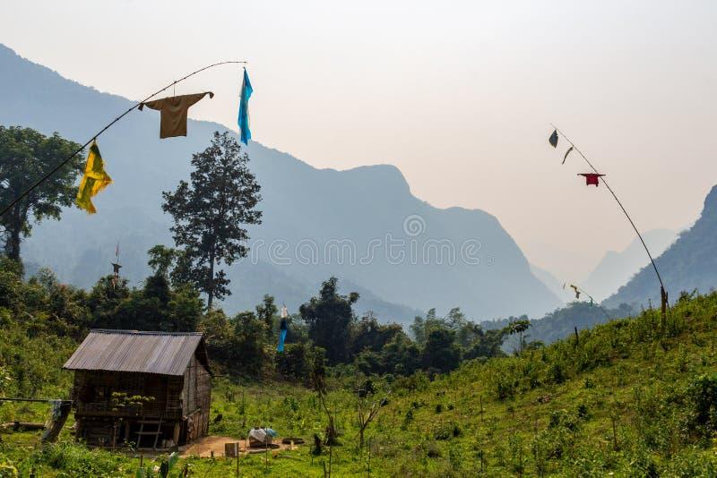 Isolerat lantligt hus Laos royaltyfri fotografi